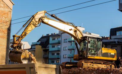 Bagger auf einer Baustelle beim Abbruch eines Hauses.Platz für neue Wohnungen und  Wohnraum wird geschaffen