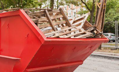 Gefüllter Bauschutt Container nach Abbrucharbeiten
