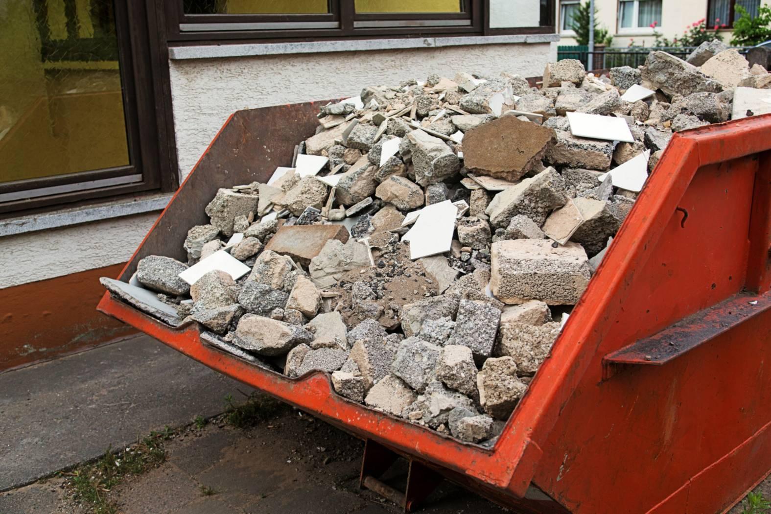 Voller Schuttcontainer nach Abbrucharbeiten - Bauschutt Entsorgung